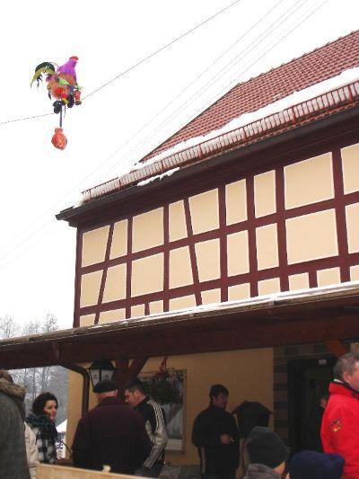 Der radelnde Hochseil-Hahn